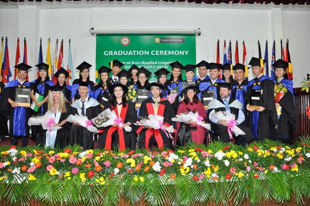 Lễ tốt nghiệp chương trình Thạc sỹ về ngôn ngữ học ứng dụng cho học viên khóa 8 (2011-2012)