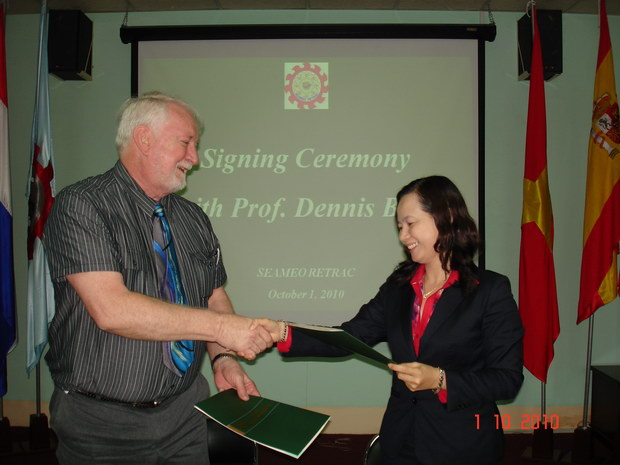 Lễ ký kết làm việc với Tiến sĩ Dennis Berg tại Trung tâm SEAMEO Việt Nam